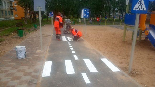 В детском Автогородке на улице Бабичева наносят разметку на проезжую часть.