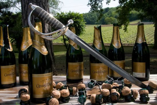 Открывание бутылки шампанского саблей