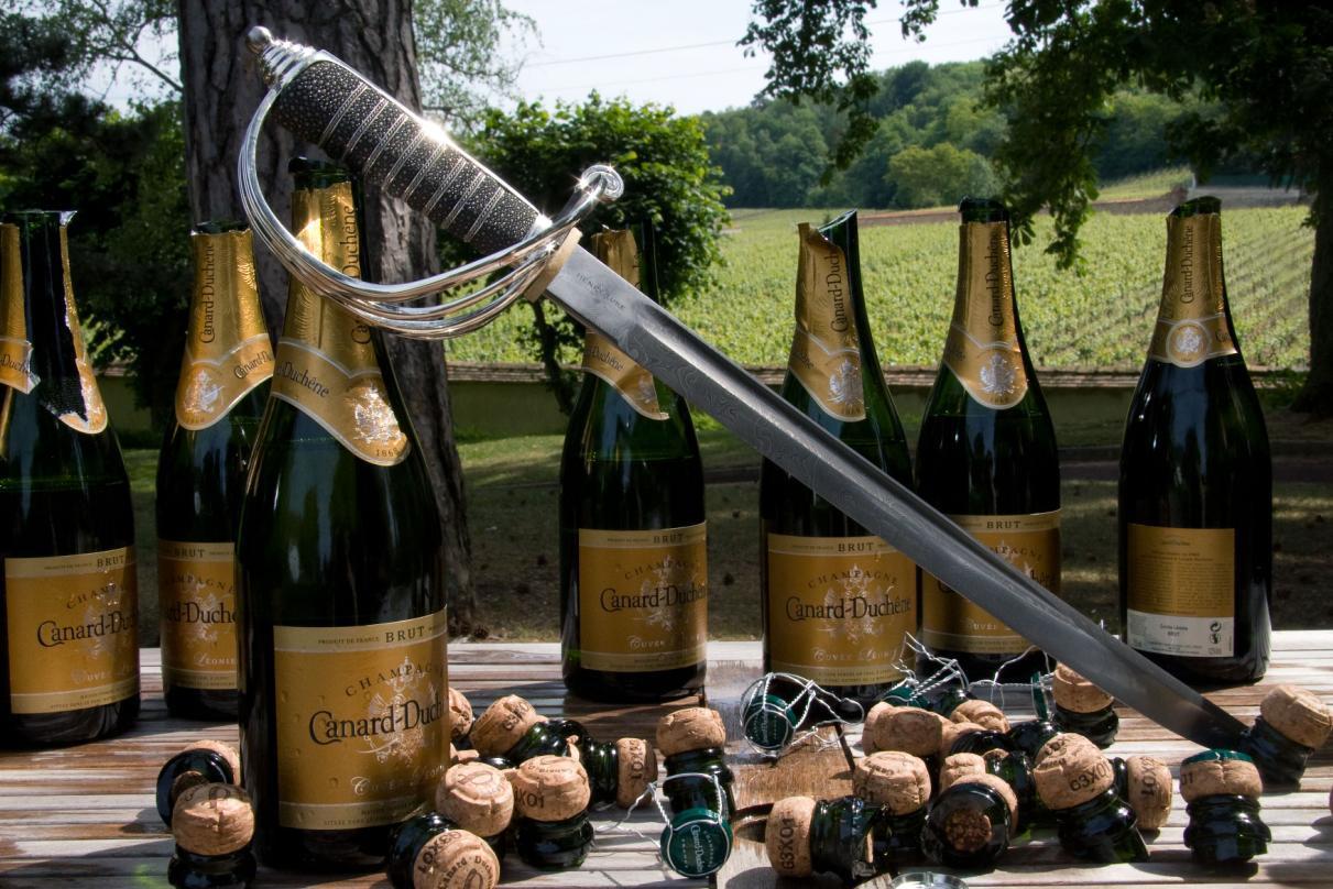 фото открывание шампанского между
