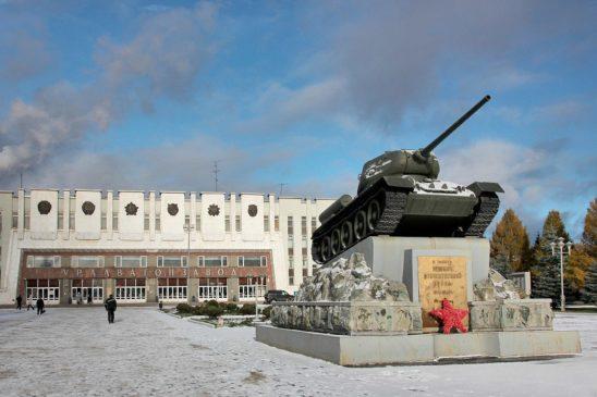 Памятник танк Т-34 возле здания НПК «Уралвагонзавод»
